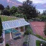 Sicht auf Hallenbad und Tennisplatz
