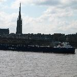 Bordeaux : une barge de l'A380 passant devant le Pont de Pierre et la flèche de Saint Michel