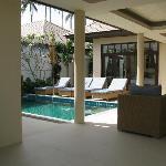Wohnraum im Freien, mit Pool, Miniküche und Sitzgarnitur
