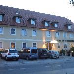 Hotelansicht von der Hauptstraße aus