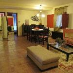 Wohnzimmer (mit Kamin) mit großem Tisch
