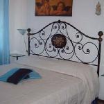 camera matrimoniale con bagno in camera, minifrigo e condizionatore