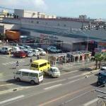 前面の商業施設と幹線道路