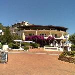 Il corpo principale dell'hotel visto dalla piazza di Baia Sardinia