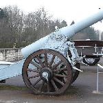 Vor dem Kriegsmuseum auf den Hügeln von Verdun