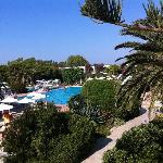 la vista della piscina principale dall'alto