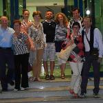 Io e il mio gruppo di amici all'ingresso dell'hotel! :)