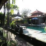 Vista piscina dalla stanza con ristorante dietro