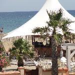 La plage privée et son bar