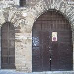 """il portone con a fianco la tipica """"porta del morto"""", che tradizionalmente si apriva solo in occa"""