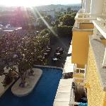 Bela piscina com um patio de grande extensão e muito acolhedor