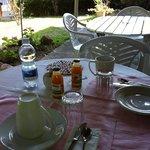 Frühstück immer beim Plastiktisch andere gäste beim erste Tisch, der aus Holz war