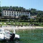 Hotel gezien vanaf het meer