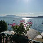 Uitzicht vanaf het balkon over het Lago Maggiore