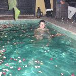 Baño con pétalos de rosa