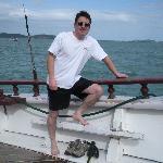 Mi marido en el tour  en barco por las playas de Buzios.