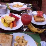 Ontbijt bij rincon de san José! Het is heel goed: het rode fruitsap is heel erg lekker!