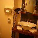 pica del lavabo ,cuidado con los estantes