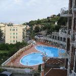 Blick vom Balkon auf den Pool und im Hintergrund das Meer