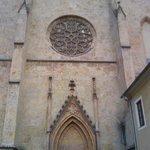 Die gotische Fassade der Stiftskirche