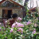 Das Steinhaus in dem sıch die Küche und der gemeinsame  Aufenthaltsraum mit Kamin Bücherbord und