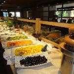 buffet di frutta tropicale e frutti di bosco, cascate di cioccolato al latte e fondente, sorbett