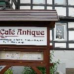 Hinweisschild Café Antique