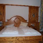 Wenn die Servicekraft das Bett aufschüttelt, schaut es noch besser aus.