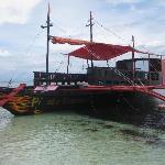 Dieses Boot kann man für Ausflüge, Insel Hopping und Taustours  mieten, fragt am Tresen