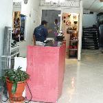 Recepción del Hotel y tienda de Artesanias