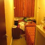 zeer kleine kamer in de kelder met muizen en weinig privacy van buiten (vitrage zat veel te hoog
