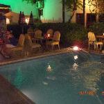 Hotelbar und Pool bei Nacht