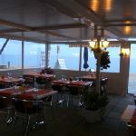 Comedor exterior con vistas al mar.
