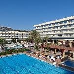 Vue sur l'hôtel et les piscines