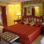 Doppelzimmer mit riesigem Doppelbett plus Beistellbett