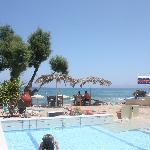 Utsikt fra hotellrom mot basseng og hav