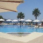 vue du bar sur la piscine et la mer