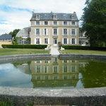 La façade du chateau vu du bassin