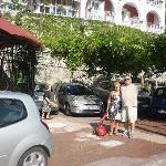 Nosotros en la puerta del Hotel y estcionamiento