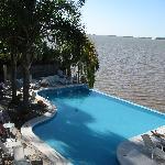 piscina con escalera para llegar desde la terraza
