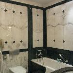バスタブ付きの大理石のバスルーム