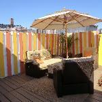 La terrasse, toute neuve, juste repeinte, très agréable!