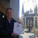 La Sagrada Familia sullo sfondo