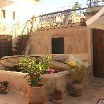 La terrasse où l'on peut manger le dîner et le petit-déjeuenr