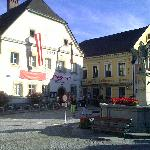 Altes Stadttheater mit dem Goldenen Kreuz (rechts)
