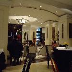 Parte do salão de café da manha e recepção