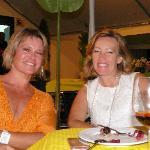 Monica2 encantadas con el magnífico vino de la Casa