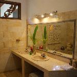 Riverside- Suite Riesiges Badezimmer, schöne Blumendekoration, leider Fenster nicht verschließba