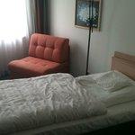 Ein Blick aufs Bett des Einzelzimmers.
