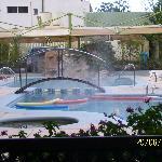 Vista de piscina en jardín de hotel
